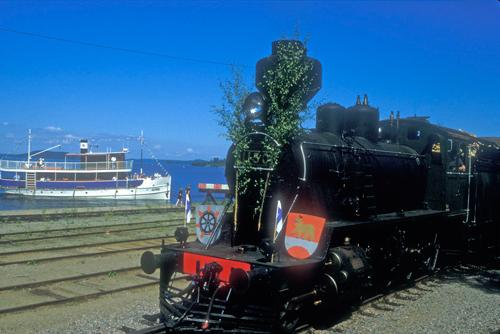 Pikku-Jumbo-höyryjuna ja Aino-laiva Lahden satamassa (kuva Markku Meriluoto)